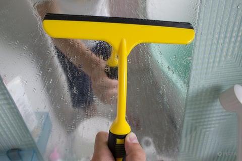 お風呂の鏡をスクイージー(ワイパー)で掃除