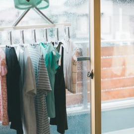 窓際に洗濯物を干す 雨の日の部屋干し