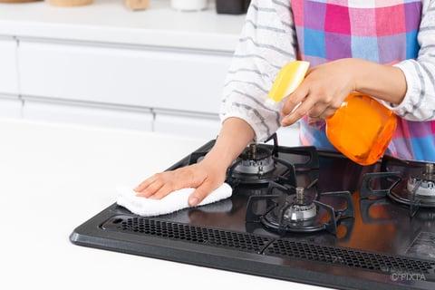 コンロを拭き掃除 油汚れ用洗剤