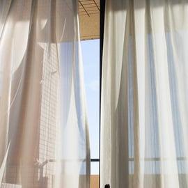 窓を開けて部屋の換気