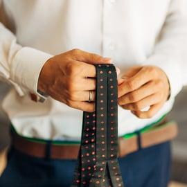 ネクタイをクリーニングに出す目安は?料金は?自宅でも洗えるの?