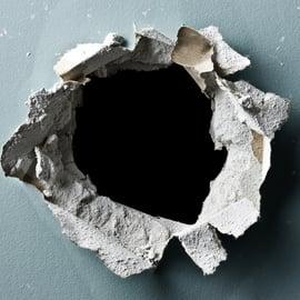 壁にできた穴を補修したい!大きな穴を元通りに戻す方法はある?