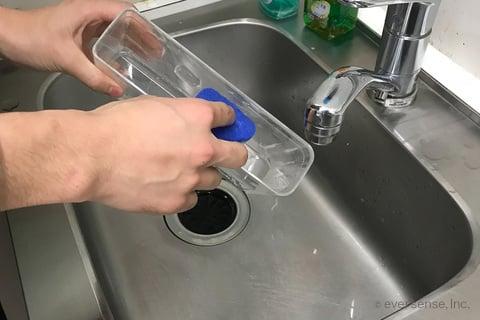 製氷機の給水タンクを洗う