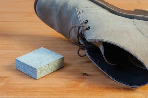 スエードの靴と消しゴム