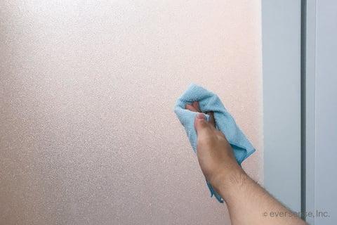 お風呂のドアをタオルで拭く