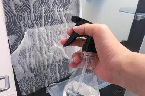お風呂の壁にクエン酸スプレーをかける