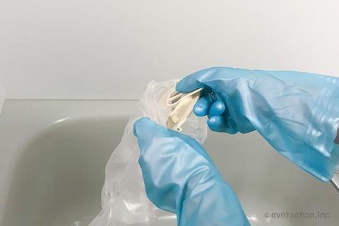 排水口のゴミ受けを袋に入れる