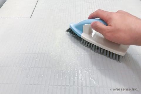 お風呂の床掃除 ブラシでこする