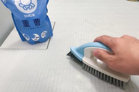 お風呂の床掃除 重曹をかける