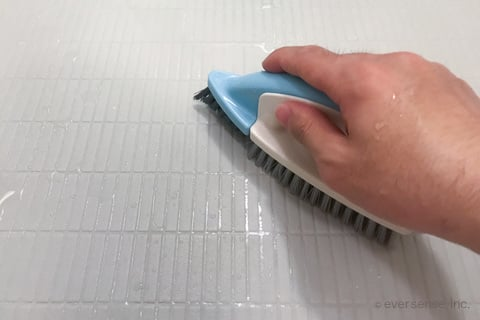 お風呂の床をブラシでこする