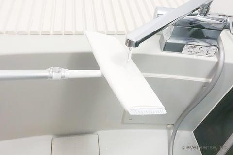 風呂天井のカビを水拭きする
