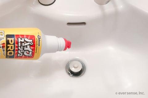 洗面台の排水口にパイプユニッシュをかける