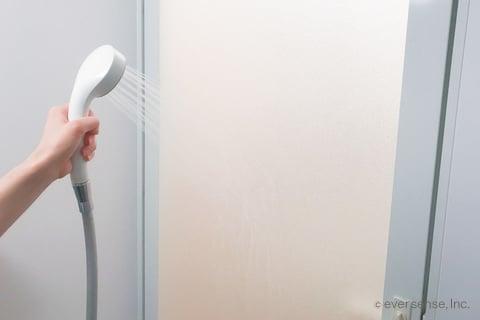 お風呂のドアをシャワーで湿らせる