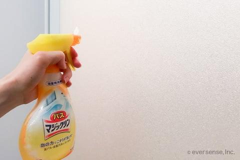 お風呂のドアに洗剤をかける