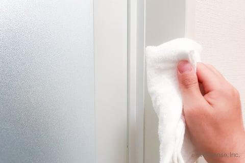 風呂のクローサーをタオルで掃除
