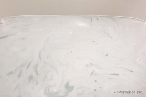 お風呂に洗剤が溶けて泡立つ