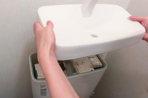 トイレのタンクのフタを外す