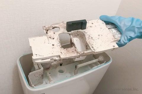 トイレタンクの内ブタを外す
