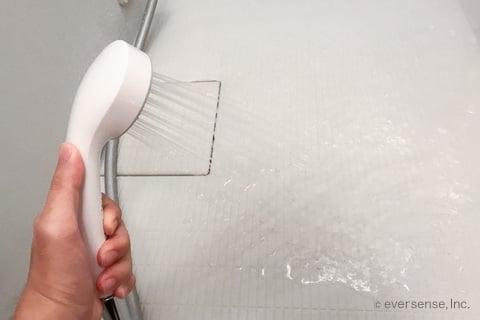 お風呂の床をシャワーで濡らす