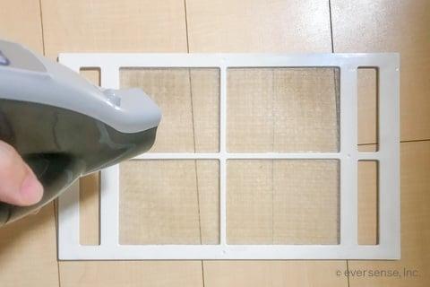 お風呂の換気扇フィルターを掃除機で掃除