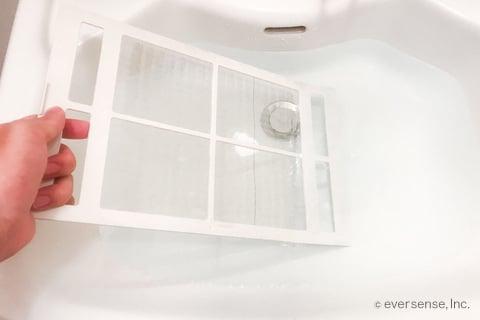 洗面台で風呂の換気扇フィルターを洗う