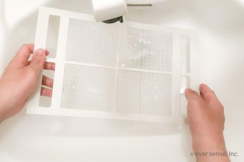 洗面台で風呂の換気扇フィルターをすすぐ