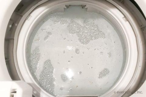 洗濯槽に酸素系漂白剤が溶けて泡立つ