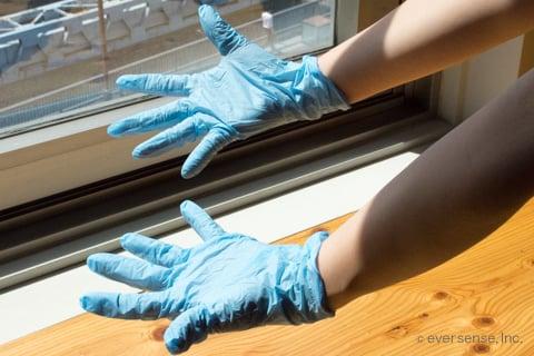 ゴム手袋をつける