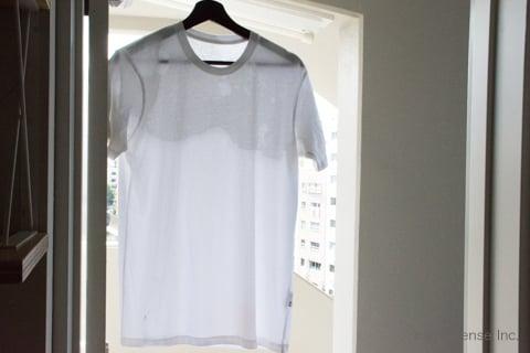 しみ抜きしたTシャツを干す