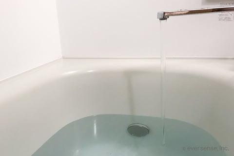 浴槽に水をためる