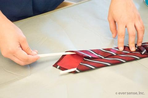 ネクタイに菜箸をいれる
