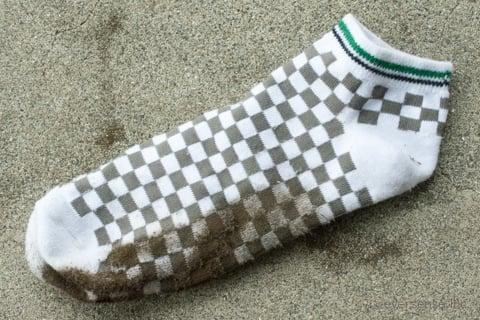 d6ecb413e7f 今回は土でべったりと汚れたこの靴下を洗って実践しながらやり方をご紹介します。