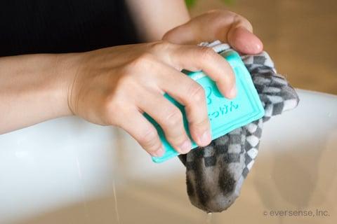 泥汚れに石鹸を塗る