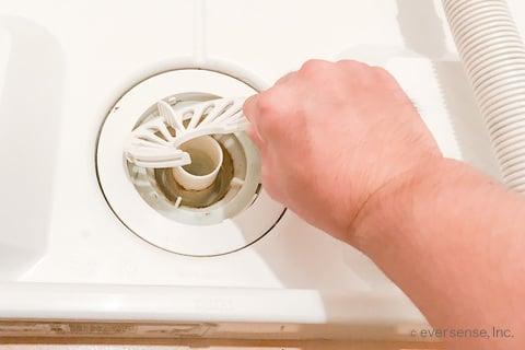 洗濯機の排水トラップを外す