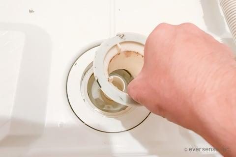 洗濯機の排水トラップを分解する