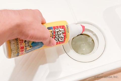洗濯機の排水口にパイプユニッシュを流し込む