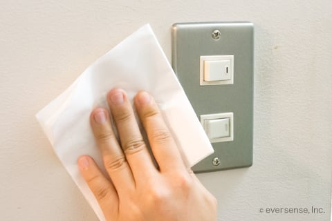 スイッチに付いた手垢を拭く