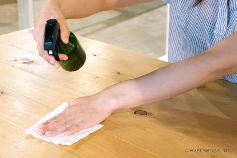 エタノールスプレーでテーブルの掃除