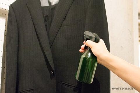 スーツにエタノールスプレー