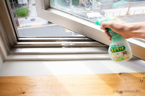 窓のサッシのかんたんマイペットをかける