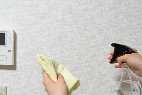 重曹スプレーで壁掃除