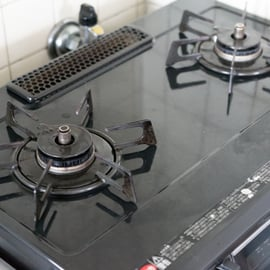 コンロ周りの掃除を実践!焦げ付きを簡単に落とすには何をどう使う?