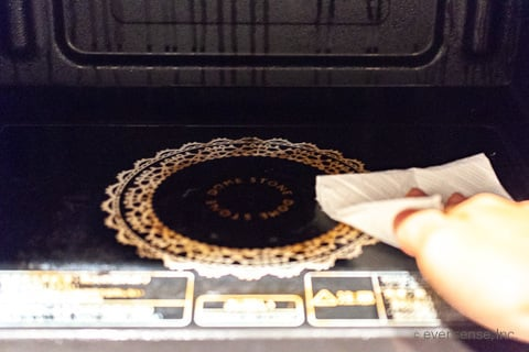 電子レンジ内をキッチンペーパーで拭く
