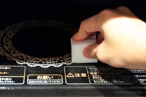 メラミンスポンジで電子レンジをこする