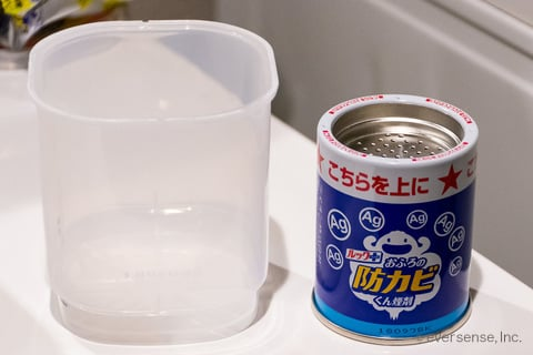 防カビくん煙剤の容器と缶