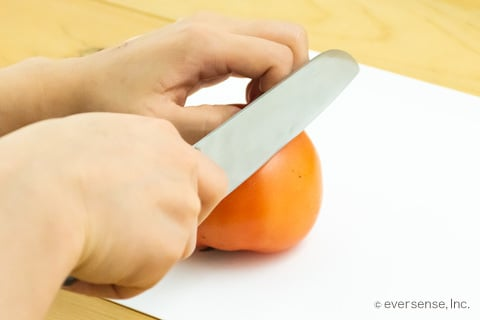 包丁でトマトを切る