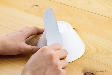 包丁の反対面も陶器の底で研ぐ