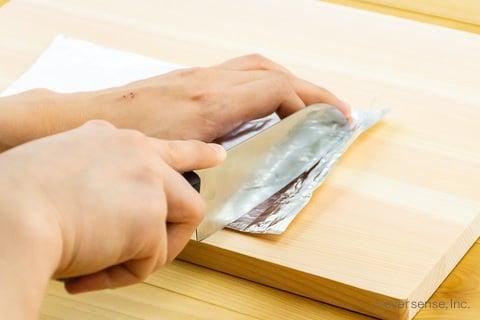 包丁でアルミホイルを切る