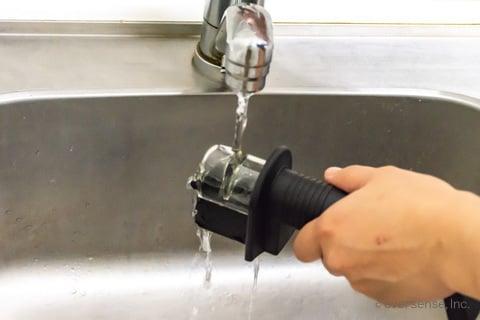 包丁研ぎ器を水で濡らす