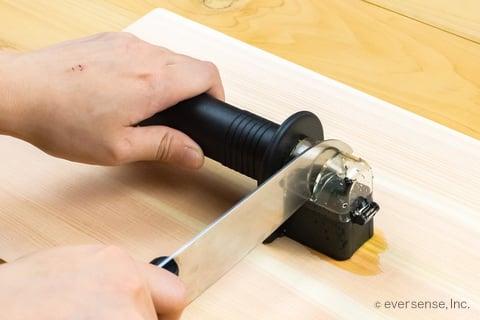 包丁研ぎ器で包丁を研ぐ